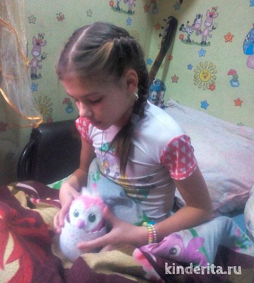 Девочка с игрушкой.