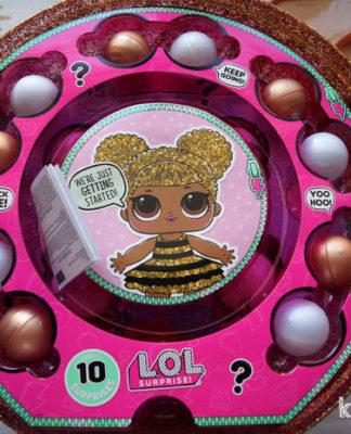 Пластмассовые шарики с аксессуарами для куколок ЛОЛ.