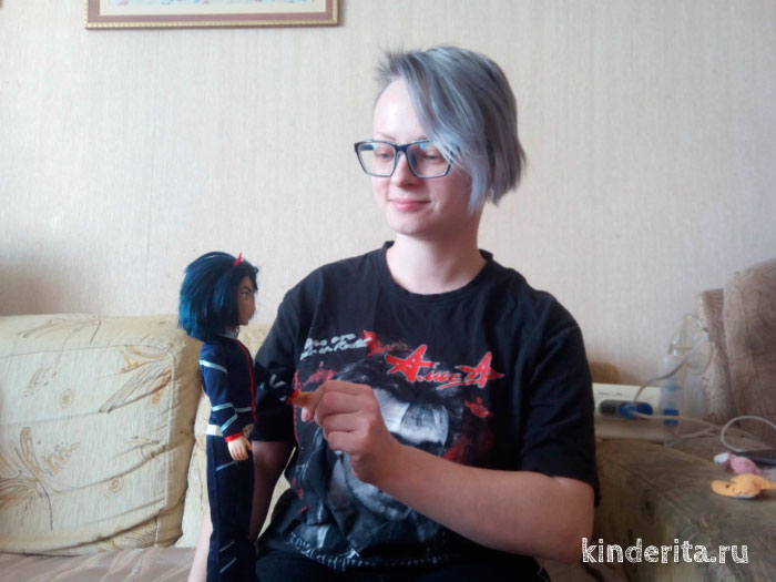 Кукла в руках.